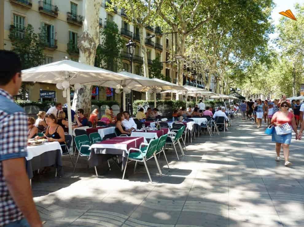 5 common mistakes tourists make in barcelona 5 common mistakes tourists make in Barcelona 82 1907 5 restaurantes de la rambla turismo en barcelona barcelona tourist photo